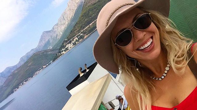 When taking a #selfie, make sure you are on a #boat, #islandhopping in the #mediterranean .... and you can't go wrong 😉 here's to #nationalselfieday 💁🏼‍♀️ ••••••••••••••••••••••••••••••••••• #tbt #viaje #adventures #travel #hvar #islandlife #croatia