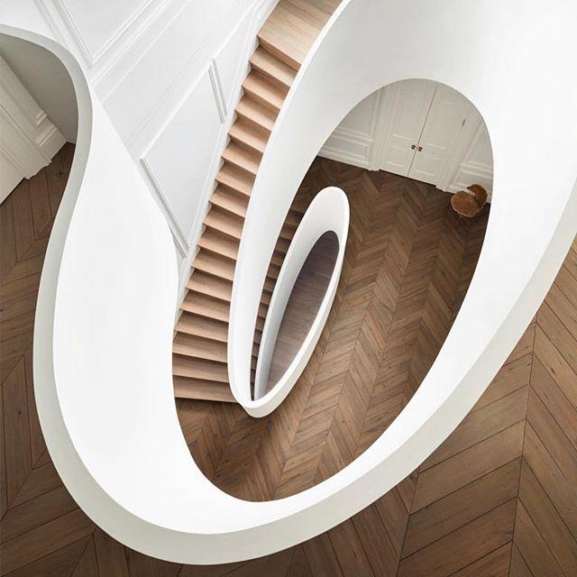 Ok just onnnnne last hoorah for this staircase... 👏🏽👏🏽 • Design: @stevenharrisarchitects • 📸: @scottfrancesphoto • • • #interiordesign #interiors #realestate #chicago #architecture #coldwellbanker #wanderlust #gooutside #hgtv #hinsdale #chicagotohinsdale #wanderlust #gooutside
