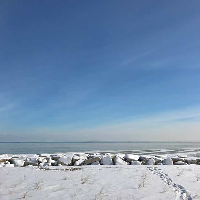 Had some north shore showings today—Glencoe and Winnetka—and it was so sunny and pretty outside that I decided to have a little beach day after my clients went back to the city! ...but then I got out of my car and was instantly reminded that it was only 11 degrees.  Still got to walk out on the [snow covered] sand and bonus:  lots of parking and the beach was totally empty 😉 • • • #realestate #glencoe #winnetka #northshore #chicago #interiors #interiordesign #househunting #beachday #frozen #wanderlust #newhome #chicagotohinsdale #coldwellbanker