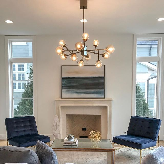 Loving the navy color scheme in this family room (I actually love pretty much everything about this Hinsdale home, to be honest). I'm a MAJOR fan of blue velvet furniture and pillows...I even have a couple dark blue velvet arm chairs in my living room 😊 Happy Sunny Sunday! • • • #interiordesign #interiors #hinsdale #chicago #realestate #bluevelvet #gooutside #wanderlust #househunting #chicagotohinsdale #citytosuburbs #coldwellbanker #milliondollarlisting #vsco