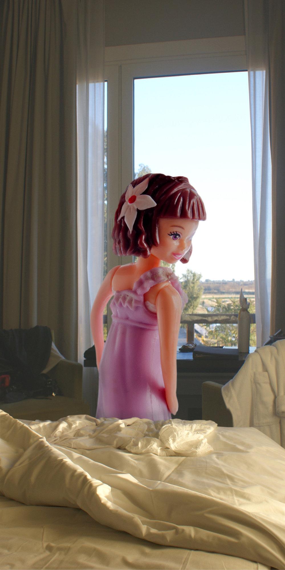 Polly cama  ventana copy.jpg