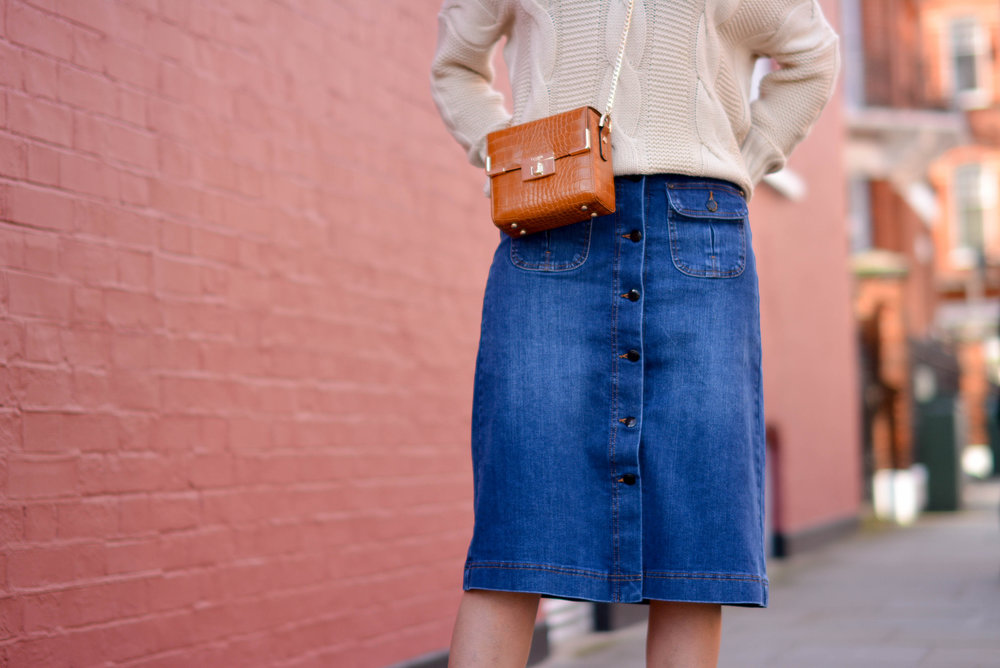 EJSTYLE-Emma-Hill-70s-style-london-street-style-LFW-AW15-MS-denim-a-line-skirt-off-shoulder-cable-knit-jumper-Dune-box-bag-tan..-Cópia.jpg