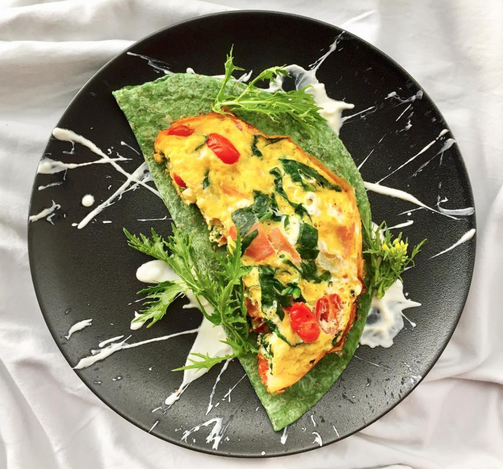 REVOLTILLO ESPAÑOL  🇪🇸 . 🍳 Ingredientes: Pimienta  Espinaca 2 huevos Sal rosada    Yogurt Griego Goa   Jamón serrano Tomaticos uvalina 1 c/dita de aceite de coco  Wrap artesanal de espinaca 🍳 Preparación  1️⃣ En un bol bate los huevos 🥚 y añade la espinaca 🍃 cortada en julianas, los tomaticos 🍅 en mitades, el jamón serrano en julianas, sal y pimienta. 2️⃣ En un sartén de teflón a fuego medio pon a derretir el aceite de coco 🥥 añade todo el contenido que integraste en el bol y tapa el sartén. Deja cocinar por 5 minutos. 3️⃣ En otro sartén calienta el wrap. 4️⃣ Decoré con yogurt griego para el toque cremoso y lechugas asiáticas 🌿 ¡Acompáñalo con un delicioso matcha 🍵 latte!