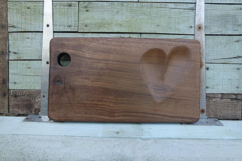 Black walnut serving platter /Plateau de service en noyer noir avec un bol sculpté en forme de coeur