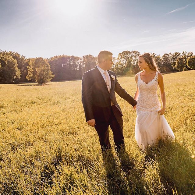 Golden hour. ✨ . . . 📷: @lukecollinsphotography #doorcounty #doorcountywedding #barnwedding #farmwedding #wisconsinbride