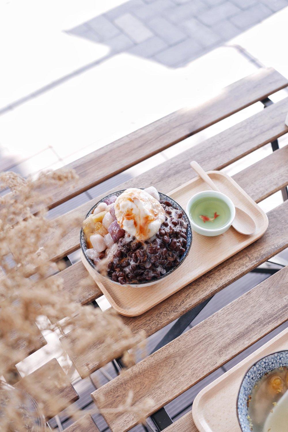 泰式奶茶三色圓:樣子特別漂亮,旁邊還有綠茶解膩,杯子裡面有一條超逼真的金魚!