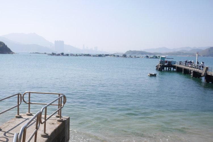 在碼頭已經看到不同顏色的海水