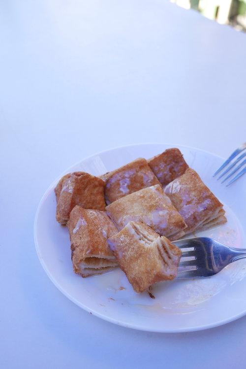 麵包中間夾著兩層花生醬,上面淋了煉奶,新鮮炸好,很難不好吃吧?