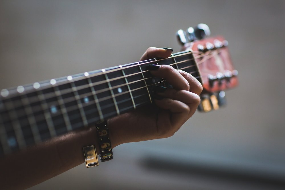 The 10 Chords needed to play 1000's of Songs! - Learn the most common open chord shapes that give you the freedom to play many of todays songs along along with classics from the past. You will also learn a way to connect up the shapes so they are remembered easily!