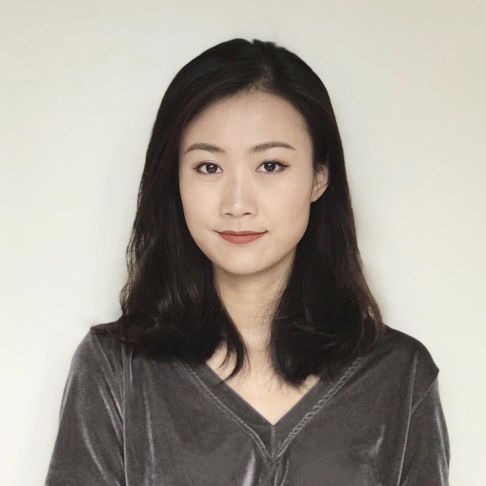简介 - 刘雯生于中国上海,现主要生活工作于美国芝加哥。 她在中国美术学院获得雕塑学士学位和纤维艺术硕士学位,后在芝加哥艺术学院服装身体与着衣专业取得第二个艺术硕士,师从美国著名艺术家尼可凯夫(Nick Cave)。刘雯的创作源于对周围物体新的叙事性探索。美国求学的经历使她对自身身份认知有了更多元的思考。她的艺术实践意在丰富雕塑语言,探索材料特性、符号性和陈列组合的可能性。刘雯的作品在北京大剧院、 上海Between艺术实验室等展出,最新个展在Manifold画廊,美国芝加哥。