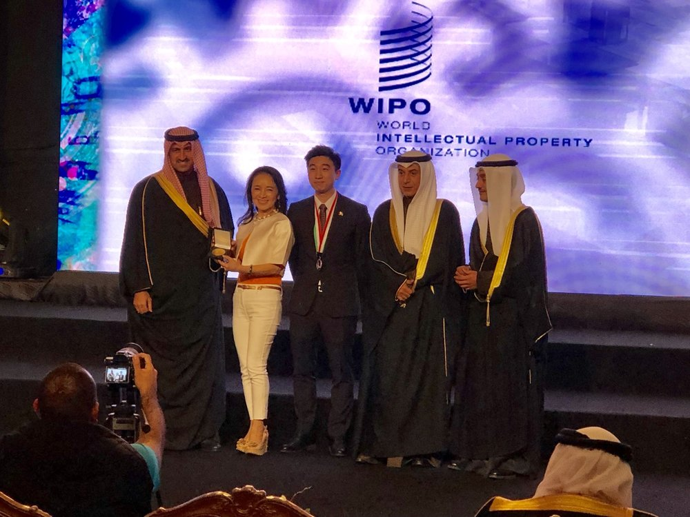 圖片為 : 親王親自頒贈 WIPO 聯合國世界智慧財產特別獎 給人本自然創辦人吳珮琪博士 與 執行董事 蔡爾晟   #IIFME  #WIPO  #WorldIntellectualPropertyOrganization   #kuwaitscience # #kuwaitscienceclub  #النادي العلمي الكويتي