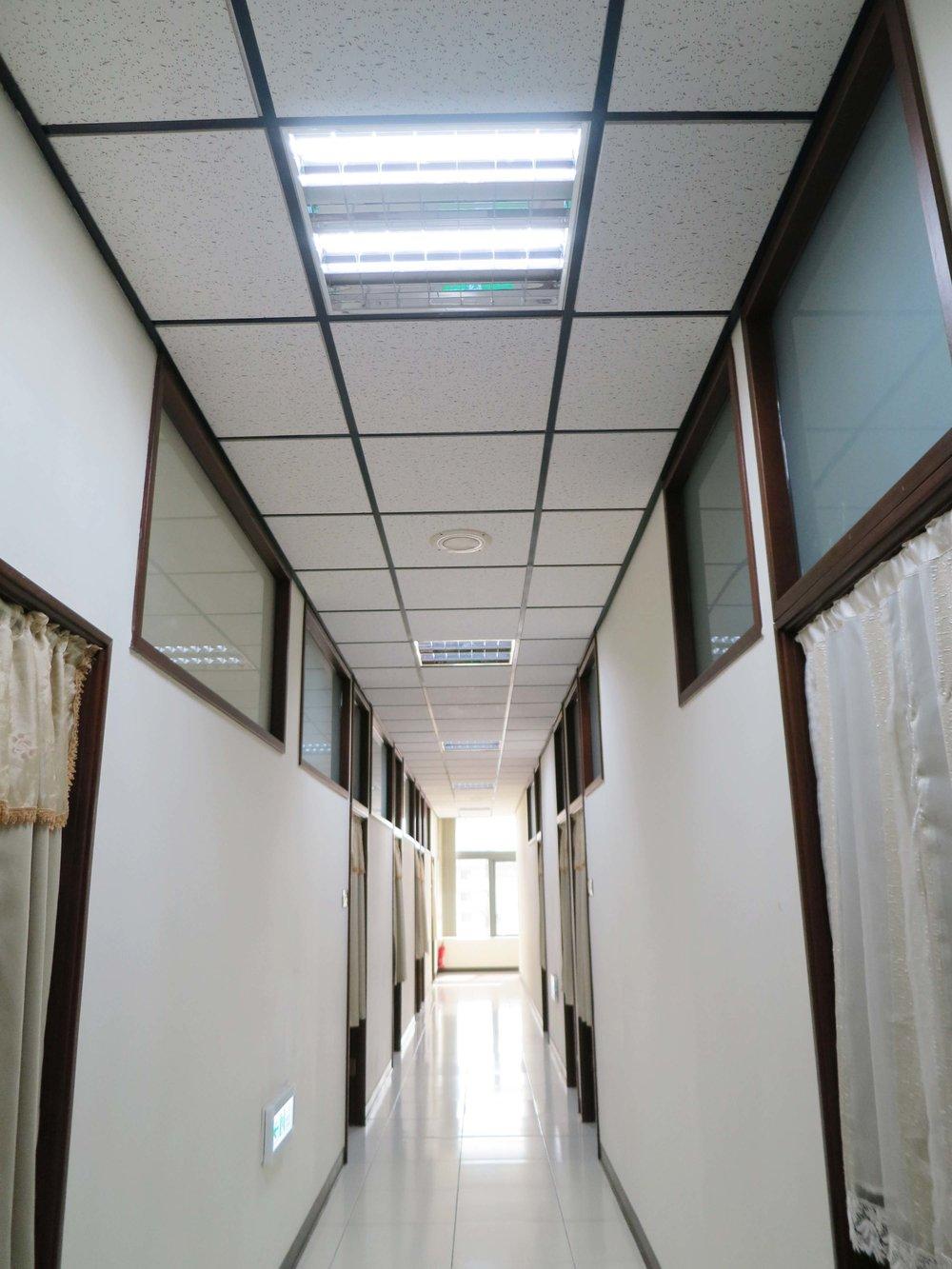 DOMI Blog_客戶故事_元亨寺狹長走廊僅用幾根LED燈管s.jpg
