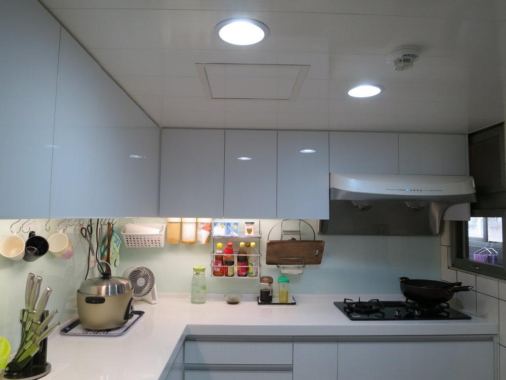 - 換裝 LED 燈後的廚房,環境清晰明亮