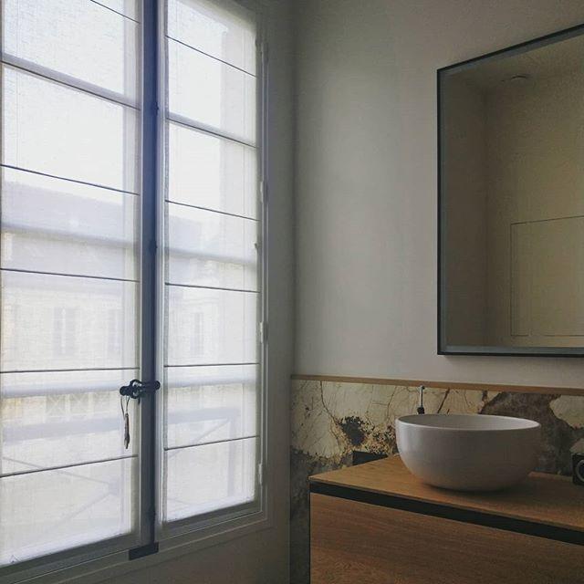 Finesse des stores en crin pour cette salle de bain