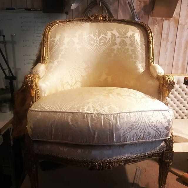 Bergère Louis XV bois doré - un accotoir bien singulier