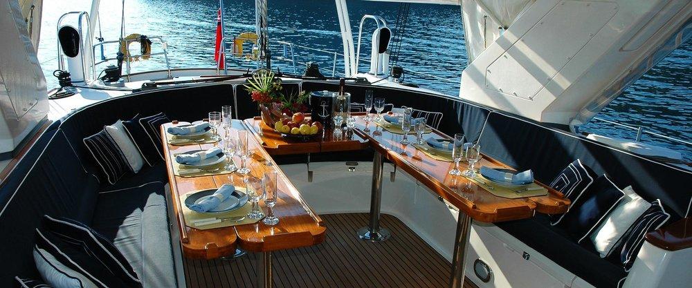 Cena sullo yacht-itok=v4F1zlcA.jpg