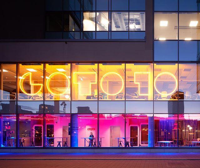 Ett arkitekturuppdrag börjar inte sällan med rådgivning. I detta fall rekommenderade vi @internetstiftelsen att flytta till nya lokaler i samband med det nya lokalprogram vi föreslagit. Det tillät verksamheten att utvecklas och dessutom ge plats för startup-huben @Goto10se. En så kallad win-win. #officeinterior #goto10 #startupstockholm #sthlmtech #interiordesign Bild 1, 2 & 4: @mathiasnero