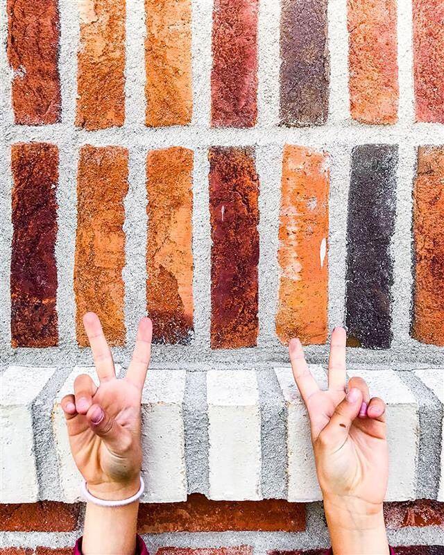 En sorts tegel kan skapa stor variation i uttrycket genom skickligt murningsarbete. Här ser ni stenen Red Shade från danska Matzen i det danska formatet 228x108x54. Färgskiftningarna kommer genom att stenarna bränns olika länge. Om inte fabriken redan gjort blandning är det viktigt att muraren öppnar flera pallar samtidigt för att få fram schatteringen. 🤩🧱 . . . Brf Docklands på @Bryggudden tilldelades Karlstads kommuns arkitekturpris i veckan. Ett samarbete med #LöfbergFastigheter.  #brfdocklands #karlstadkommun #arkitekturpris #tegelarkitektur #brickarchitecture