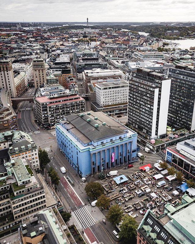 """Ibland glömmer man att det ligger ett himmelsblått hus mitt i centrala Stockholm. Färgen är spektakulär, visst, men kärnan i Ivar Tengboms idé handlade faktiskt om """"Det röda hjärtat"""", nämligen konsertsalen. Ur den växte sedan resten av byggnaden fram. Läs mer på länk i profil. Trevlig helg vänner!"""
