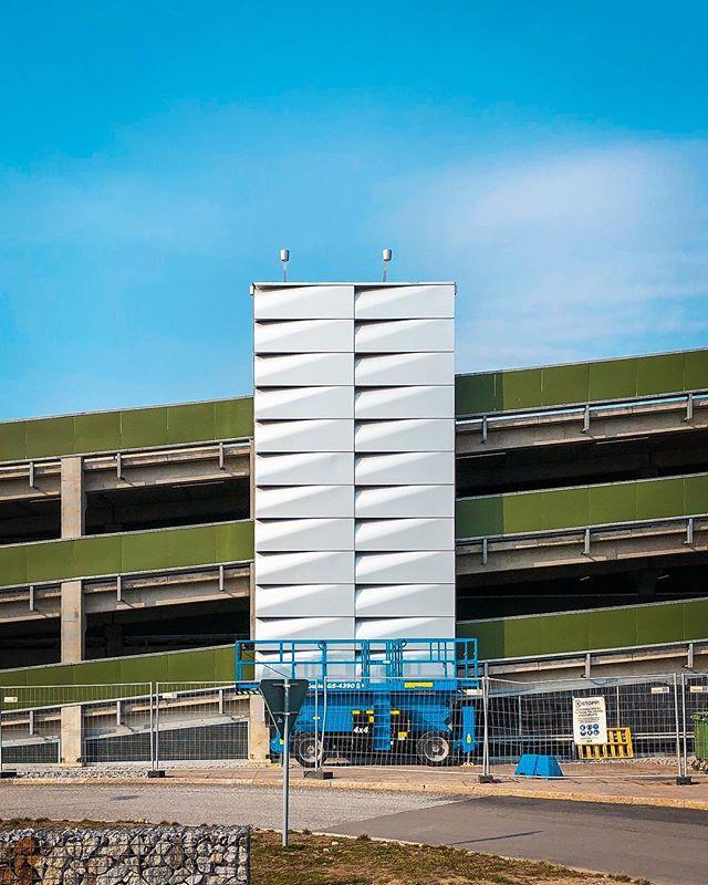Something's cooking at Arlanda. Mock up i 1:1 av vad som ska bli en suuuperlång fasad. 🏗 Trevlig helg fasad-lovers! #infrastructure #airportarchitecture #arlandaairport