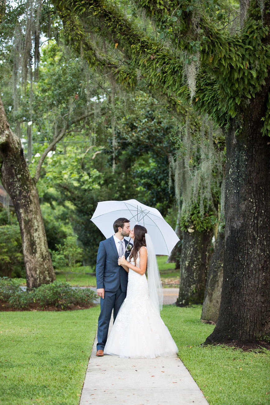 Live oaks + Spanish moss + a newlywed kiss = pure romance!