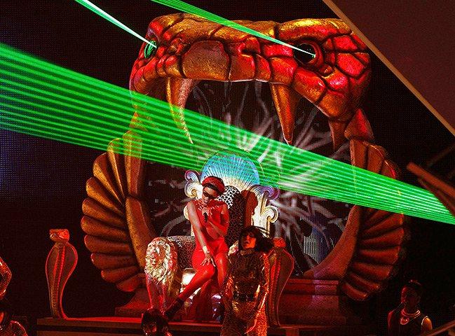 Rihanna-performs-005.jpg