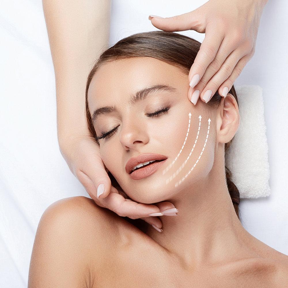 """4. Uudistus - Lempeä effleurage-hieronta kasvoille sekä decolteelle ravitsevalla voideyhdistelmällämme. Hoitotuotteidemme syvin ideologia on parantaa ja ravita solutoimintaa, jolloin ihon biologinen uusiutuminen sekä muut toiminnot vahvistuvat merkittävästi. Näin myös ihon ennenaikainen ikääntyminen hidastuu, entsyymitoiminnot palautuvat ja uusiutuminen nopeutuu, tuloksena heleän hyvinvoiva iho. Kutsumme tätä ihon hyvinvoivaa tilaa nimellä """"GERnétic Glow"""" sillä sen todella erottaa, kun asiakkaalla on myös kotona käytössä uudistava ja ravitseva Synchro-voiteemme."""