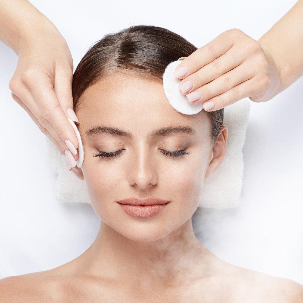 1. Valmistelu - Puhdistus ja lempeä kuorinta ihotyypin mukaisesti. Aloitamme hoidon aina mieltä rauhoittavilla sivelevillä effleurage-liikkeillä, jotka valmistelevat ihon sekä kehon vastaanottamaan aktiiviset hoitotuotteemme. GERnétic hoidossa käytettävät aistilliset eteeriset öljyt imeytetään hoidon alussa jalkapohjiin ja niitä suositellaan käytettävän jokaisessa hoidossa niiden fysiologisten ominaisuuksiensa vuoksi.