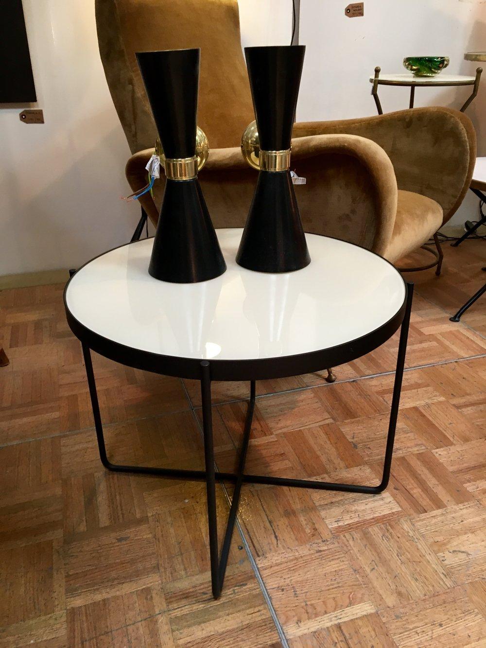 Mesa bandeja en hierro negro y cristal beige