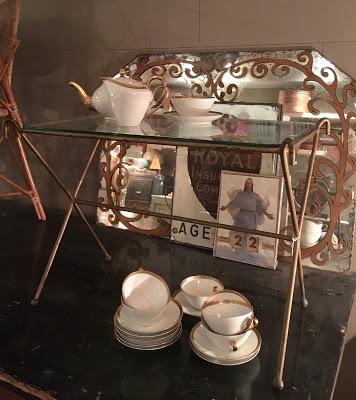Mesa dorada y cristal