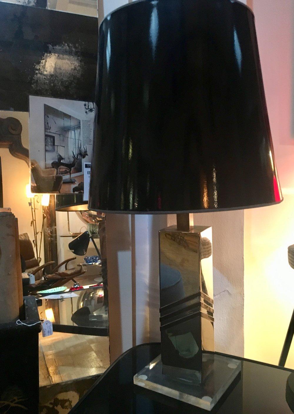 Lámpara de sobremesas con pantalla negra