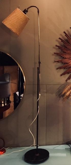 Lámpara de hierro y latón con pantalla rafia