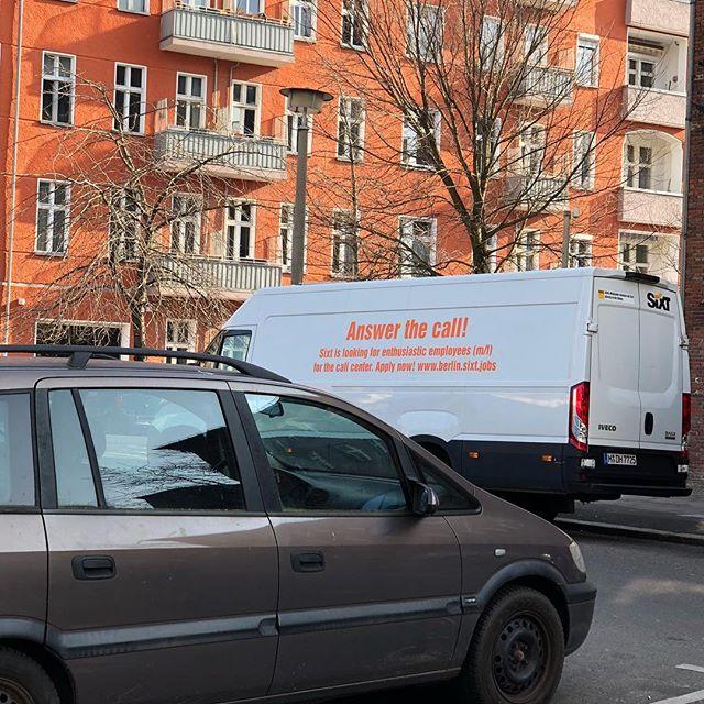 Ob Sixt diesen Transporter absichtlich CI-konform platziert hat? Das kann niemand wissen. #sixt #answerthecall #pannenhilfe #podcast #berlin #gegenlangeweile
