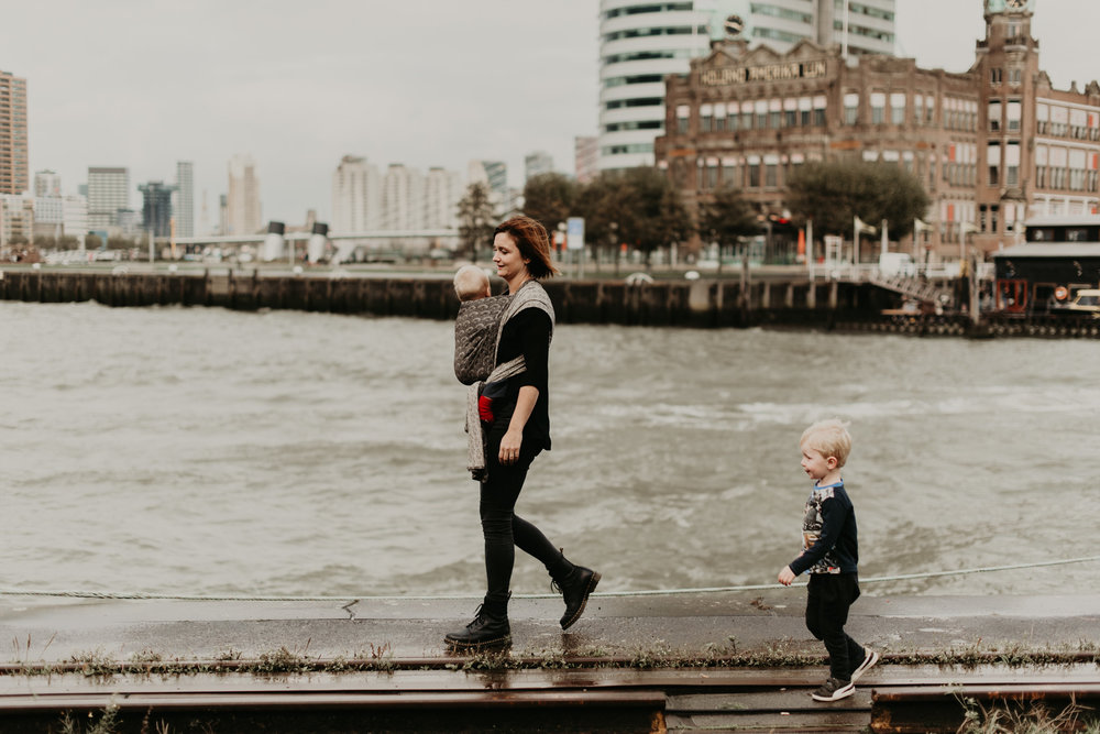 Rotterdam Family Babywearing Photoshoot op Kop Van Zuid