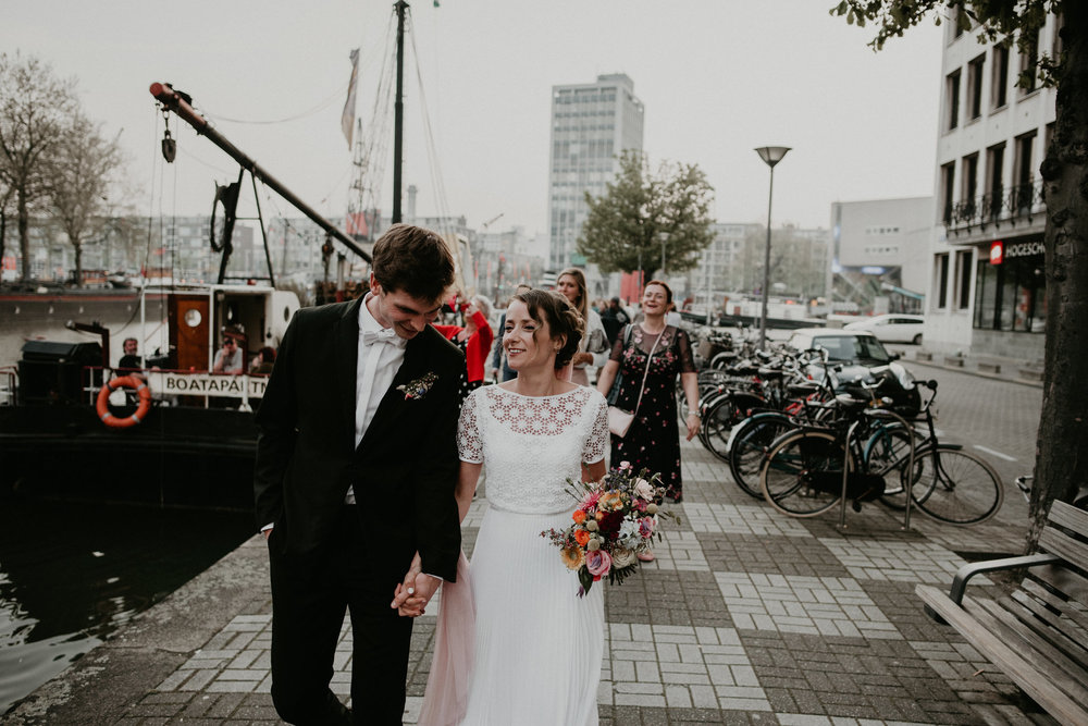 rotterdam Bride and groom walking to vessel 11 to party along the canal