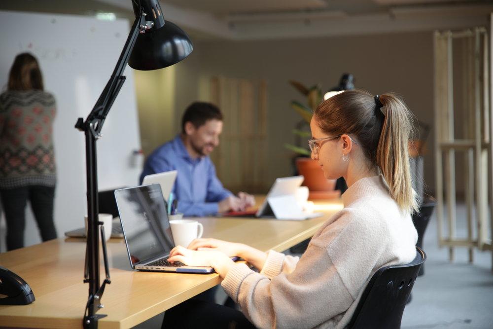 Warum... - ...alleine arbeiten wenn du am Tessinerplatz die Möglichkeit hast mit anderen Selbständigen und Startups zu connecten?Warum in einem grauen Bürogebäude arbeiten, wenn du im bunten Wohnzimmer Teil von etwas Größerem sein kannst und in Laufdistanz zum See bist?
