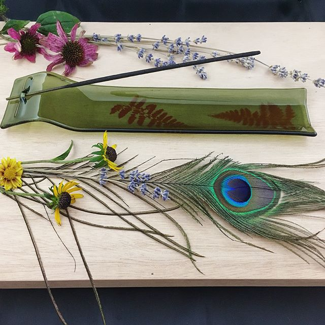 So these guys won't be available in my Etsy shop until most likely Friday so here's something pretty to look at until then 🌿🔥 #wheretheredferngrows #incenseburner #incense #glass #glassart #glassofig #leaves #fern #flowers #feathers #peacock #lavender #nature #ecoart #handmade #hippie #boho #witch #etsy