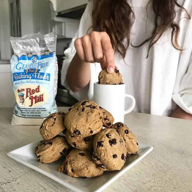 Vegan & Gluten-Free Chocolate Chip Cookies have me like 🤤 my whole holiday vacation all I was thinking of was coming home and making a big batch of cookies 🍪 and whipped these up and had to share them with you cause they were too good to keep to myself! 😍 made with coconut oil, coconut sugar + my favorite gluten free flour @bobsredmill 1 to 1 flour! 🙌 cookies are best shared, so the link to the recipe for these amazing cookies is in my bio! Happy Tuesday, loves! ✨ #thehealthyhaff #ad #BobsRedMill