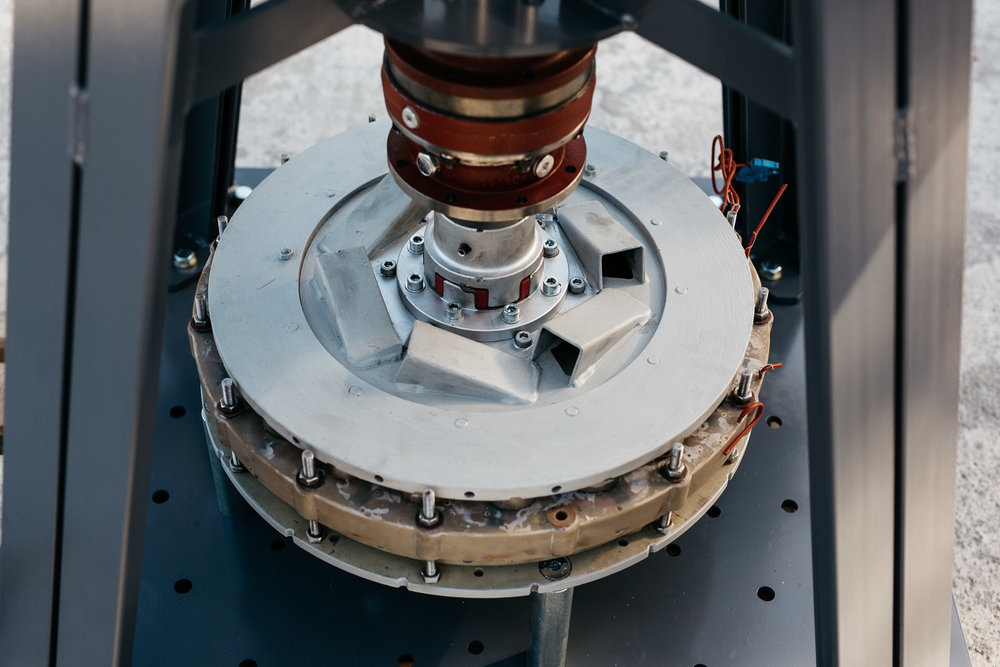 An advanced generator. All the coils are stand in their hermetically isolated and fixed place.  Egy fejlett generátor. Minden tekercs hermetikusan szigetelve fixen elhelyezve.