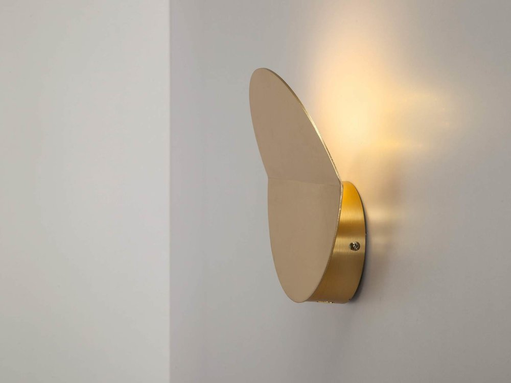 Round diffused wall light in brass