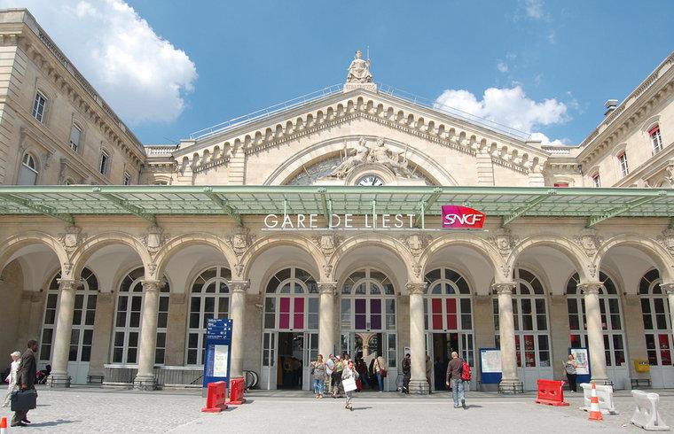 LE SECRET INCONNU DE LA GARE DE L'EST    La Gare de l'Est se trouve dans le centre de Paris dans un arrondissement plein de touristes et des gens d'affaires. Chaque matin la gare est occupée et tout le monde a l'air pressé. Peu de gens...   Par Oscar Smith