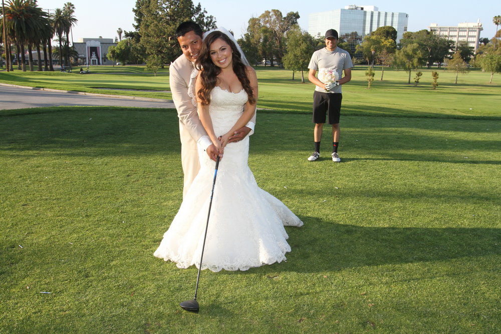 This golfer was kind enough to let the couple have a funny moment!