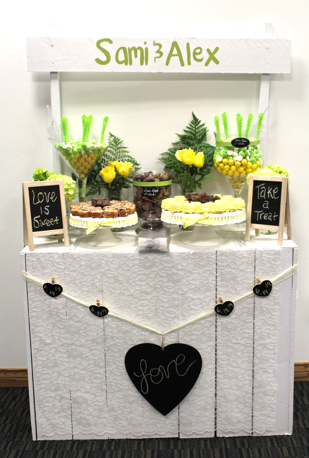 customlemonadestanddesserttablecandybarforwedding