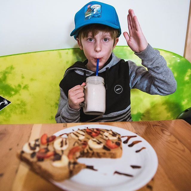 Perfect grom's snack for anytime; keiki's toast and smoothie! @dakinecafe #gromlife #inbendoregon