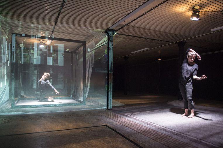 525 South Winchester blvd - 525 South Winchester blvd is an intimate dance performance made by Flok for Villanova festival.Regie: Berten VanderbruggenDance: Esse Vanderbruggen, Anna BentiCamera: Yoeri HostieAnimatie: Sam De MulderProductie: Elien Verschueren