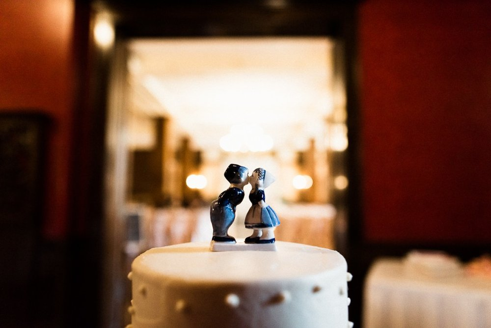 Cute cake topper idea on white wedding cake