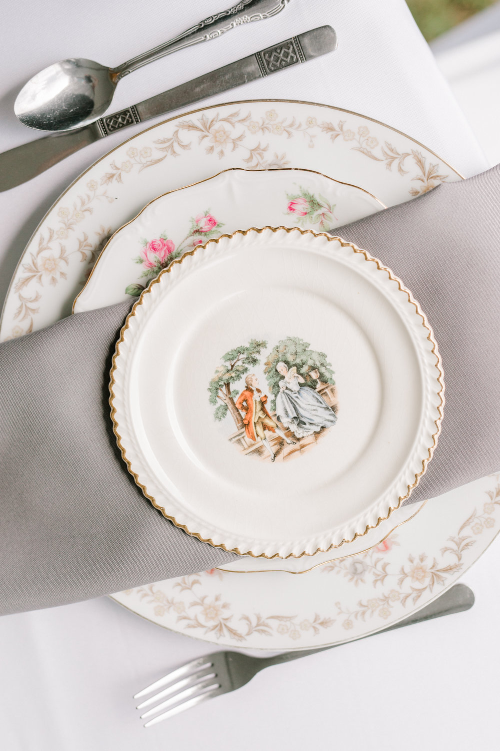 haley-richter-photography-fero-vineyards-winery-summer-wedding-allison-and-josh-winery-vintage-plate-place-setting-fine-china-ecclectic-dinnerware-gray-napkin-porcelain-plate