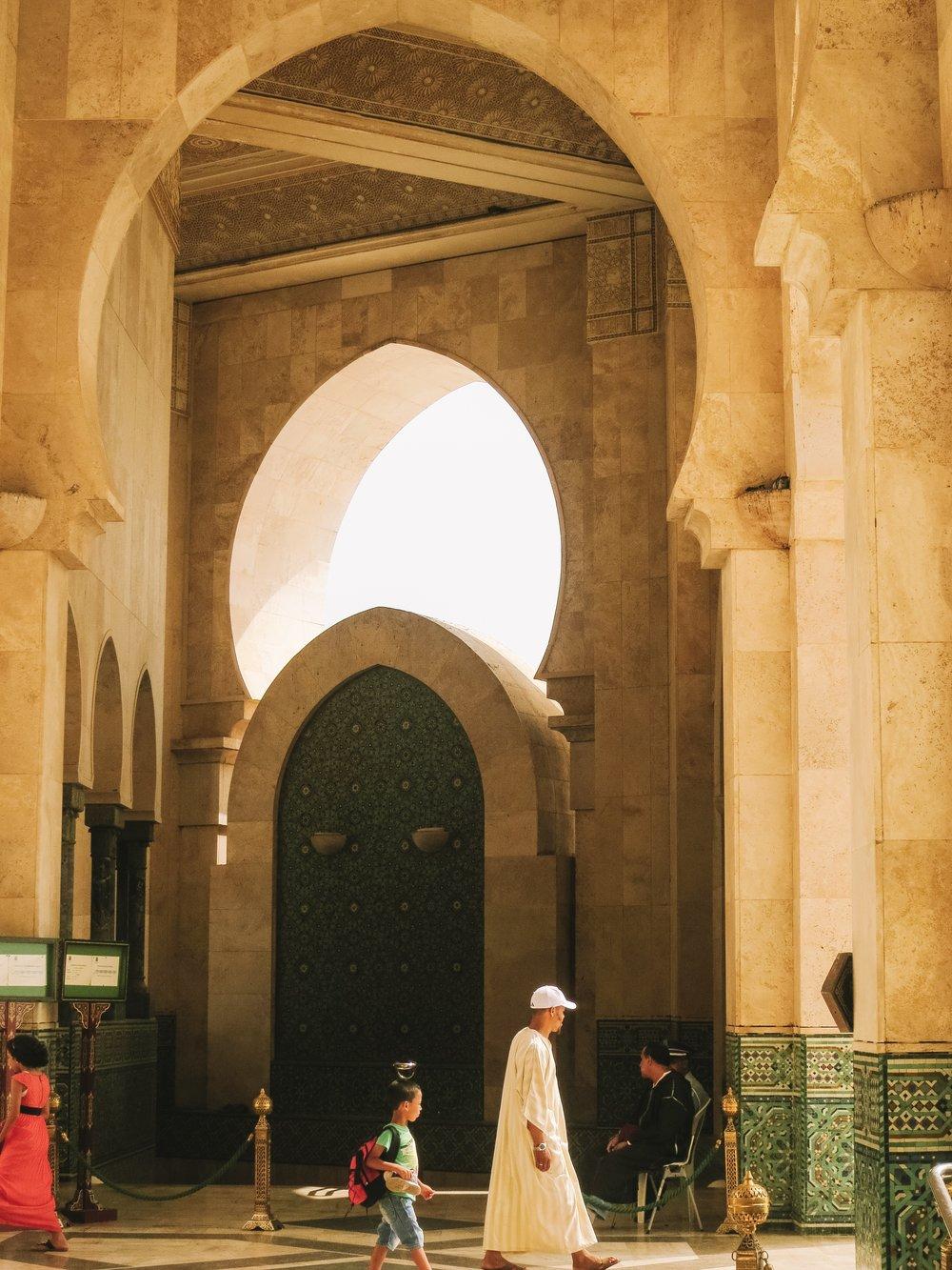 カサブランカカサブランカ - モロッコで一番の都市ということで、ガイドブックでみるようなモロッコらしさは少なからずまめんは、モダンで都会的な空間を示しています。日本からモロッコへのゲートシティ。楽しみます。写真はモロッコで最大、世界でも5番目に大きいモスク「ハッサン2世モスク」。夕日があってなにもロマンティック。お祈りをする人、おしゃべりをする人、ぼんやりしている人、デートしている人、、、時間が穏やかに流れて、皆がのんびり過ぎているのが印象的でした。小さい子が頭にカップをのせて歩いているのがキット!