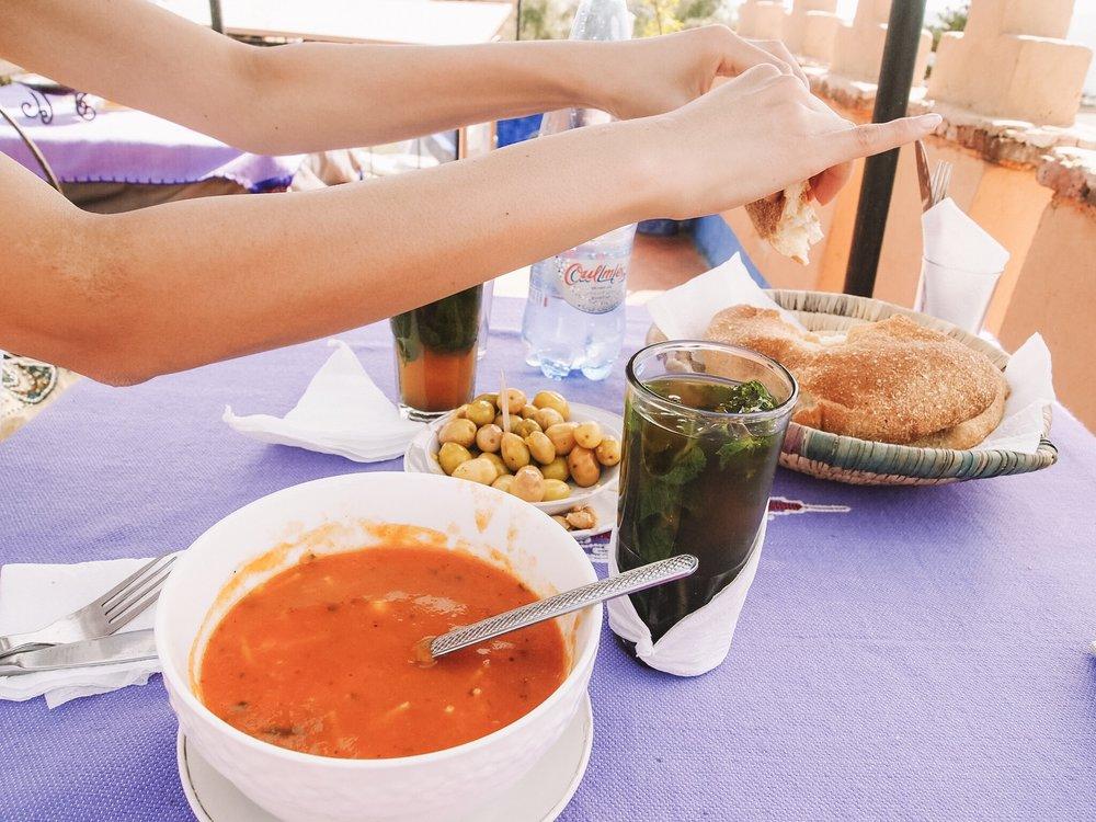 ハリラスープ - 「ハリラ」は、モロッコの断食明けに食べる、栄養満点なスープです。野菜とお豆がたっぷり。スープの隣はモロッコの定番、ミントティーです。たっぷりの生ミントとたっぷりのお砂糖で甘ーくいただきます。本場のミントティーは甘すぎて驚いたけど、暑いモロッコでは必要な糖分。理にかなってる!