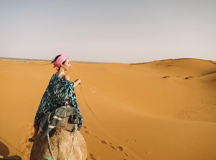 サハラ砂漠 - ラクダに乗って1時間半。砂丘の奥のキャンプ地を目指します。ラクダの背中はとっても快適で1時間半はあっという間でした。もちろん日差しには注意!日焼け止めをしっかり塗って、肌を覆うものを。